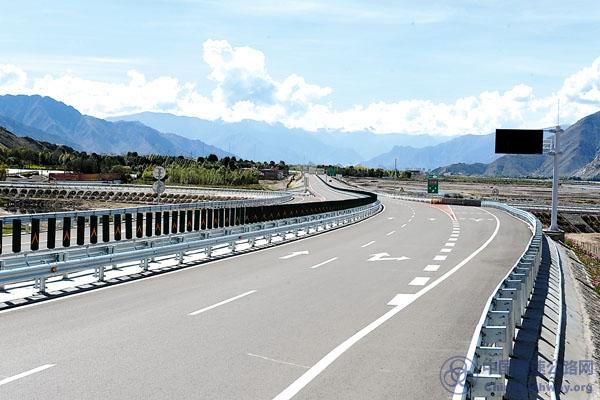 西藏:拉萨至林芝高等级公路通行一个多月运行平稳